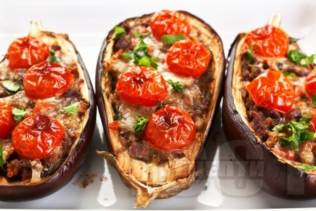Печени патладжани пълнени с кайма, моцарела и чери домати на фурна - снимка на рецептата